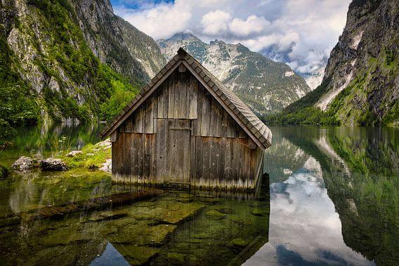 Hangar à bateaux en bois dans le lac Obersee, entouré de montagnes