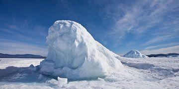 Blok ijs in de vorm van een heuvel of berg op het Baikalmeer, blauwe ijshobbel onder de blauwe hemel van Michael Semenov