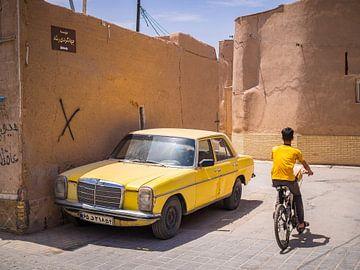 Voiture jaune dans les rues de Yazd, Iran sur Teun Janssen