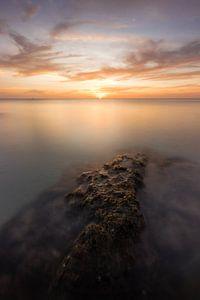 Eenzame rots tijdens zonsondergang - Koh Lanta, Thailand van Thijs van den Broek