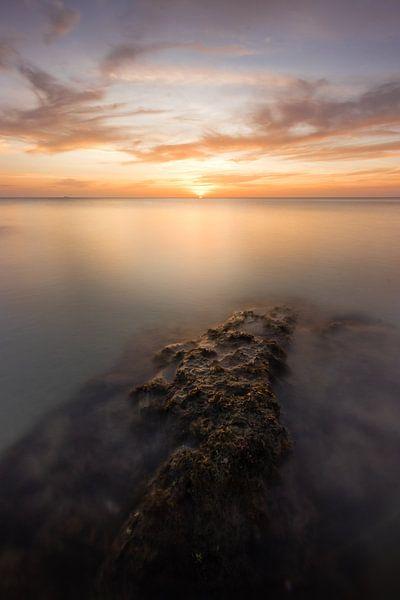 Einsamer Felsen während des Sonnenuntergangs - Koh Lanta, Thailand von Thijs van den Broek