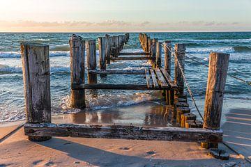 Verwitterter Holzsteg am Ostsee-Strand in Zingst von Christian Müringer