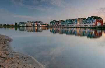 Bunte Häuser, auf dem Rietplas in Houten, die sich im Wasser spiegeln von Arthur Puls Photography