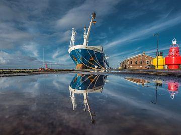 De haven van Harlingen met weerspiegeling in een stilstaande plas van Harrie Muis
