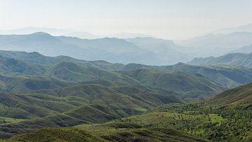 Berge im Nebel von Daan Kloeg