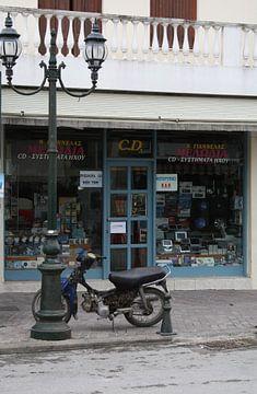 Scooter voor een winkel  in Griekenland