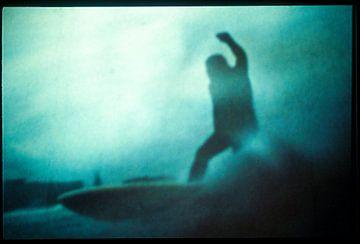 Eindruck eines Surfer auf einer Welle von Ruurd Dankloff