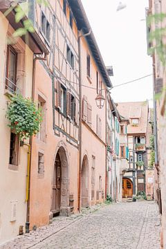 Bunte Straße in einem französischen Dorf | Pastellfarbene Häuser | Reisefotografie Wandkunst Frankre von Milou van Ham
