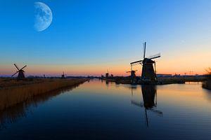 Maan boven de Kinderdijk van