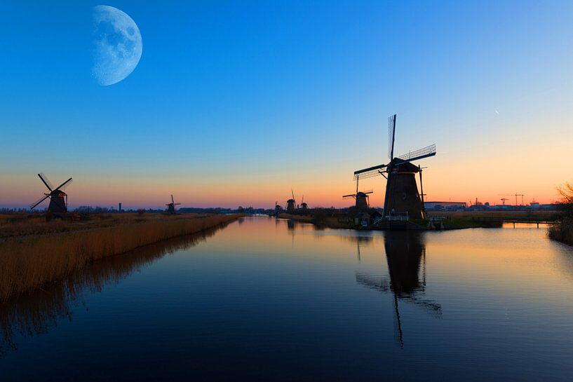 Maan boven de Kinderdijk van Brian Morgan