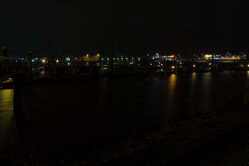 Lauwersoog haven in de nacht van Andrea de Vries