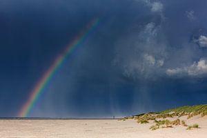 Regenboog boven strand Terschelling