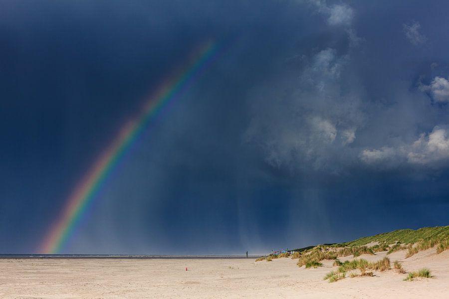 Regenboog boven strand Terschelling van Jurjen Veerman
