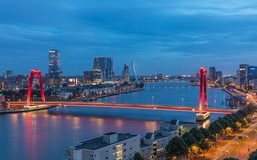 De Willemsbrug in Rotterdam met nieuwe verlichting