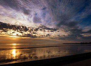 Waddenzee met reflecties en veelkleurige lucht