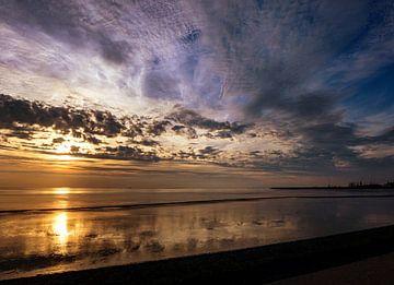 Waddenzee met reflecties en veelkleurige lucht van