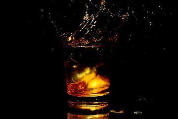 IJsklontje in een glas whiskey van Nisangha Masselink