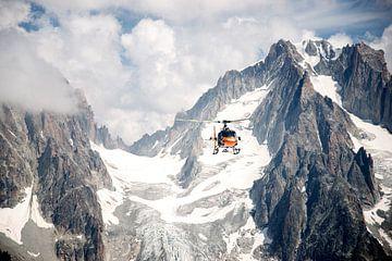 Helikopter over de bergen van
