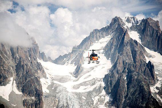 Helikopter over de bergen