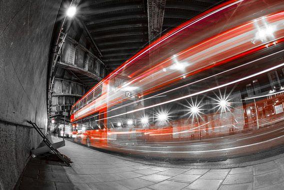 Londen bus onder brug