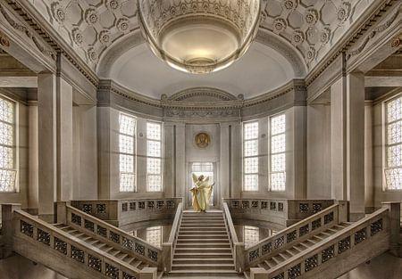 Gebouw met engel van Marcel van Balken