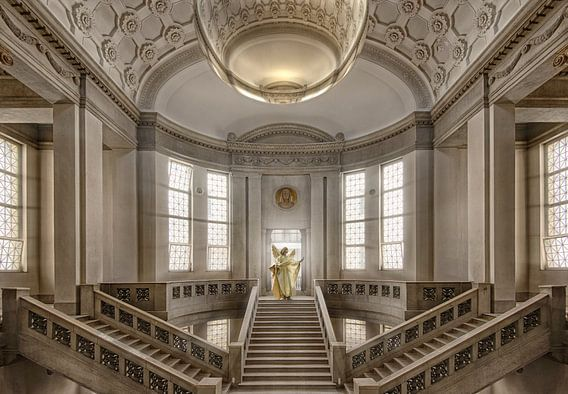 Gerichtsgebäude mit goldenen Engel auf Treppen