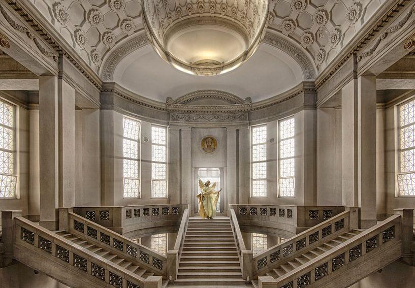 Gerichtsgebäude mit goldenen Engel auf Treppen von Marcel van Balken
