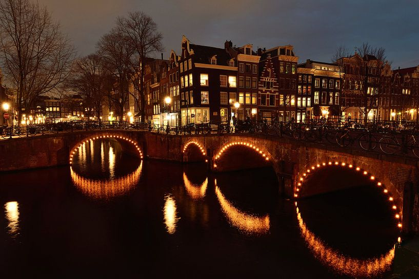 Amsterdam bij nacht van John Leeninga