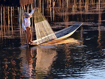 boat Intha fisherman at Inle Lake sur luc Utens