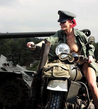 nackte rothaarige Soldatin mit Motorrad (Harley Davidson) und Kriegspanzer von Cor Heijnen