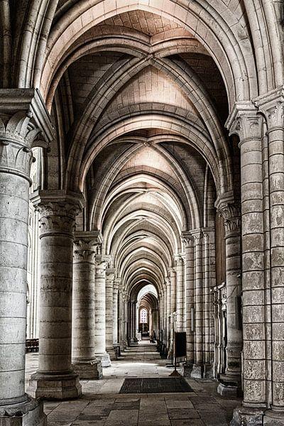 Doorkijk in de kathedraal van Laon van Ellen van Schravendijk