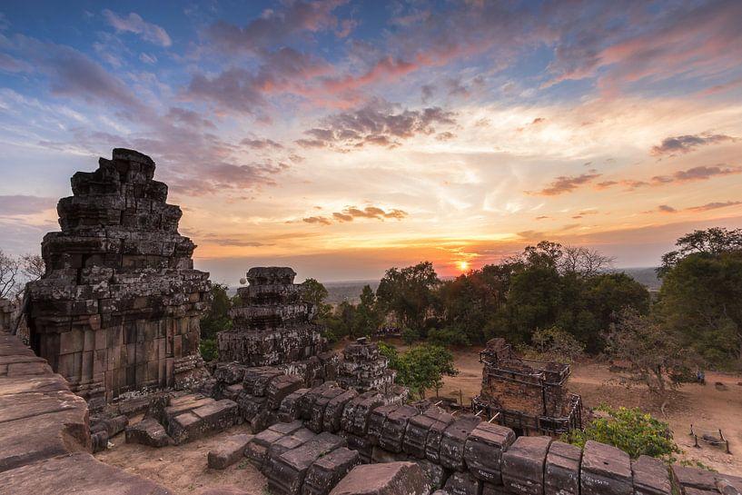 Zonsondergang op Phnom Bahkeng - Angkor Wat, Cambodja van Thijs van den Broek