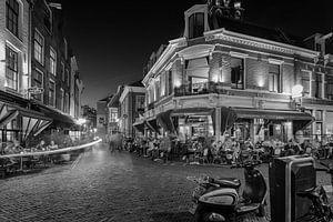 Het Wed in Utrecht in het avondlicht met volle terrassen (Monochroom)