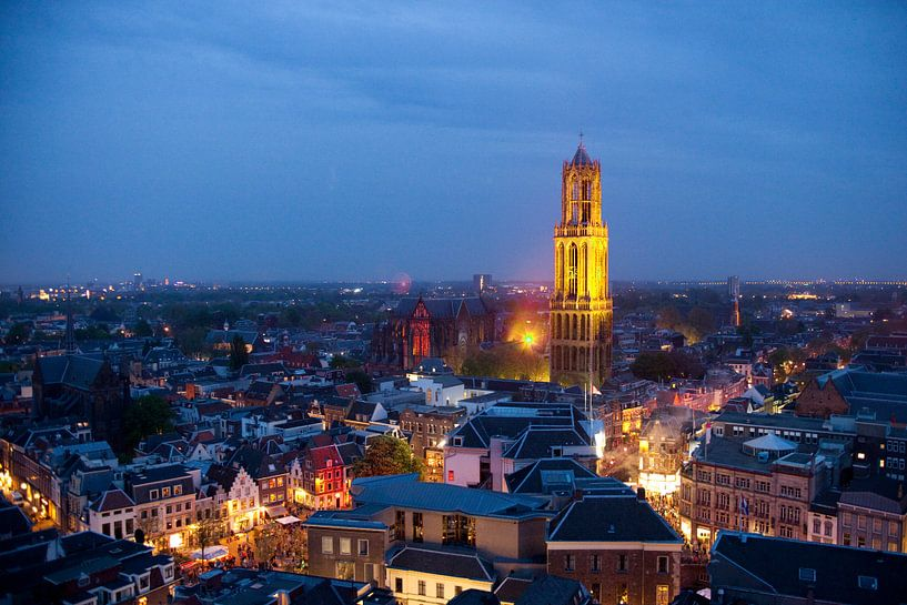 De Domtoren van Utrecht kleurt geel tijdens 'La Nuit du Tour' van Desiree Meulemans