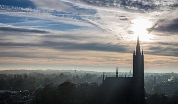 Prachtig Hollands wolkendek met uitzicht over Vituskerk Hilversum van Dennis Kuzee