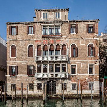 Palast im Zentrum der Altstadt Venedig, Italien von Joost Adriaanse
