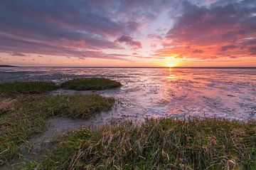 Zonsondergang boven het wad sur Menno Bakker