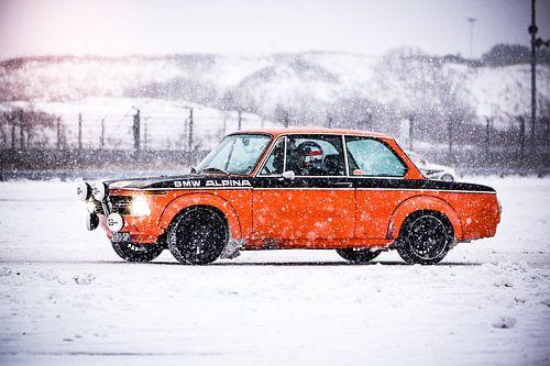 BMW 2002 in de sneeuw van Leon Weggelaar