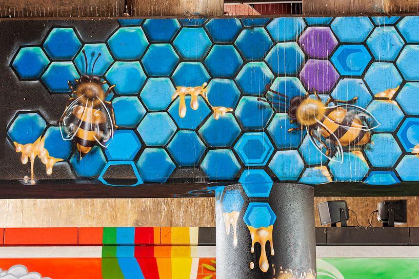 Graffiti muur met bijen van Anouschka Hendriks