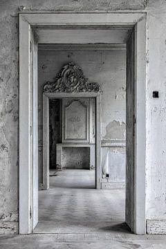 Der Türentunnel in einer alten, verlassenen Burg von Steven Dijkshoorn