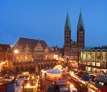 Oud stadhuis met Sint-Pieterskathedraal en kerstmarkt op de markt in Abendd�mmerung, Bremen, Duitsla van Torsten Krüger
