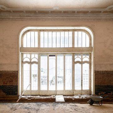 Verlassenes Fenster in der Restaurierung. von Roman Robroek