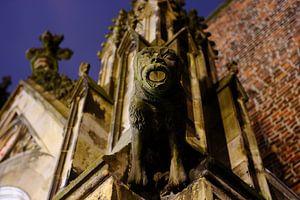 Waterspuwer op de toegangspoort naar de pandhof van de Domkerk in Utrecht
