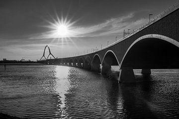 Waalbrug De Oversteek bij Nijmegen in zwart wit