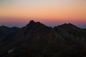 Sprookjesachtige zonsondergang over eenzame bergtoppen in de Oostenrijkse Alpen van Hidde Hageman