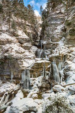 Kuhfluchtwasserwall im Winter von Michael Valjak