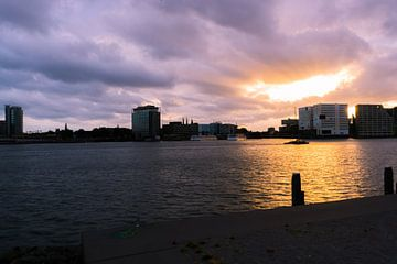 Zonsondergang boven het Ij  von Ricardo Stoelwinder