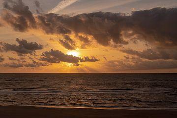 Coucher de soleil à Castricum - Egmond au-dessus de la mer du Nord sur Rutger van der Klip