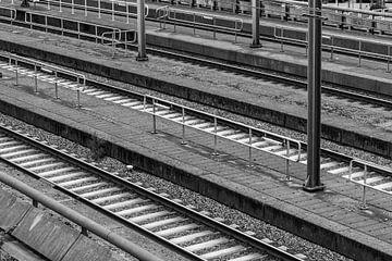 Schwarz-Weiß-Foto von Gleisen und Bahnsteigen von Patrick Verhoef