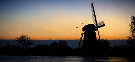 molen in ochtendzon van Bas Nuijten
